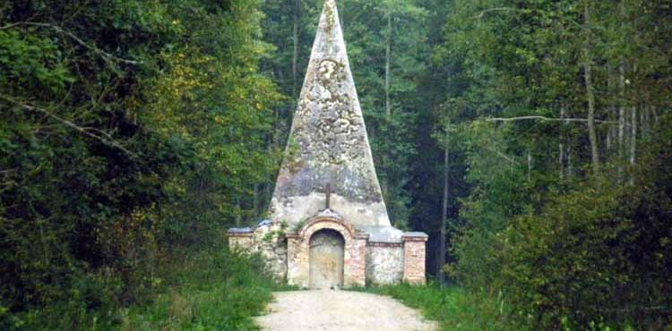 Piramida na końcu Polski, czyli dlaczego warto pojechać do Rapy