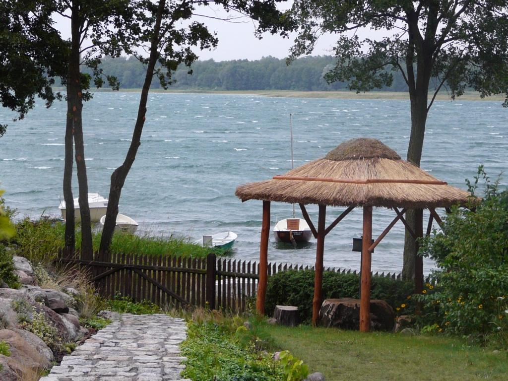 Wypoczynek i noclegi nad jeziorem powidzkim z bezpośrednim dostępem do wody i czarter jachtu
